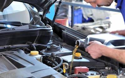 Agregando aceite a motor