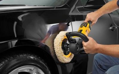 puliendo un auto