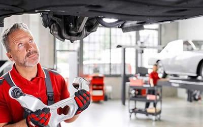 Reparando suspensión en taller mecánico