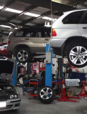 Camionetas BMW X5 elevadas en rampas